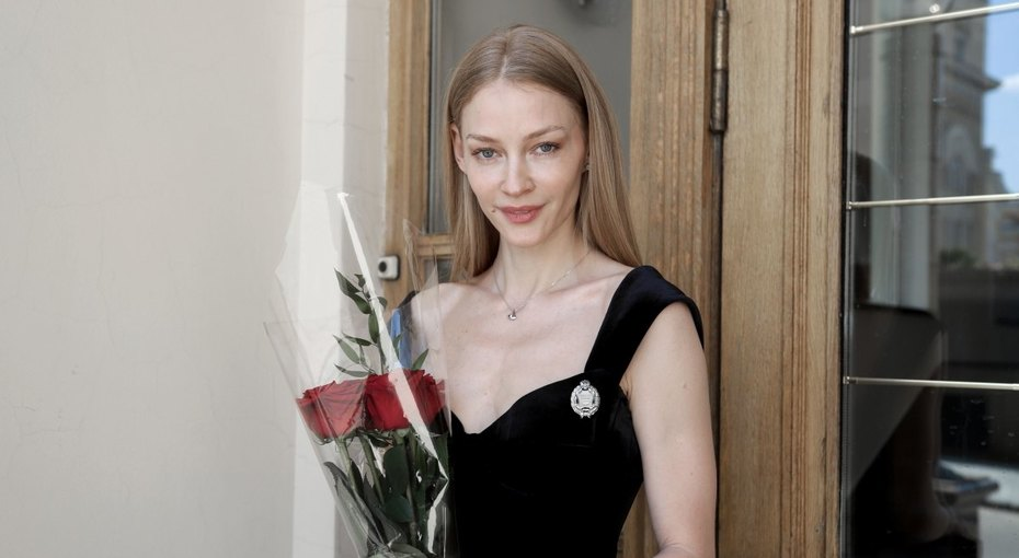 «Воздушная исчастливая»: 36-летняя Светлана Ходченкова стала заслуженной артисткой России