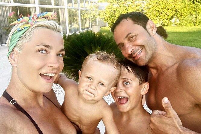 Жена Стаса Костюшкина снежностью обратилась кмладшему сыну вдень рождения