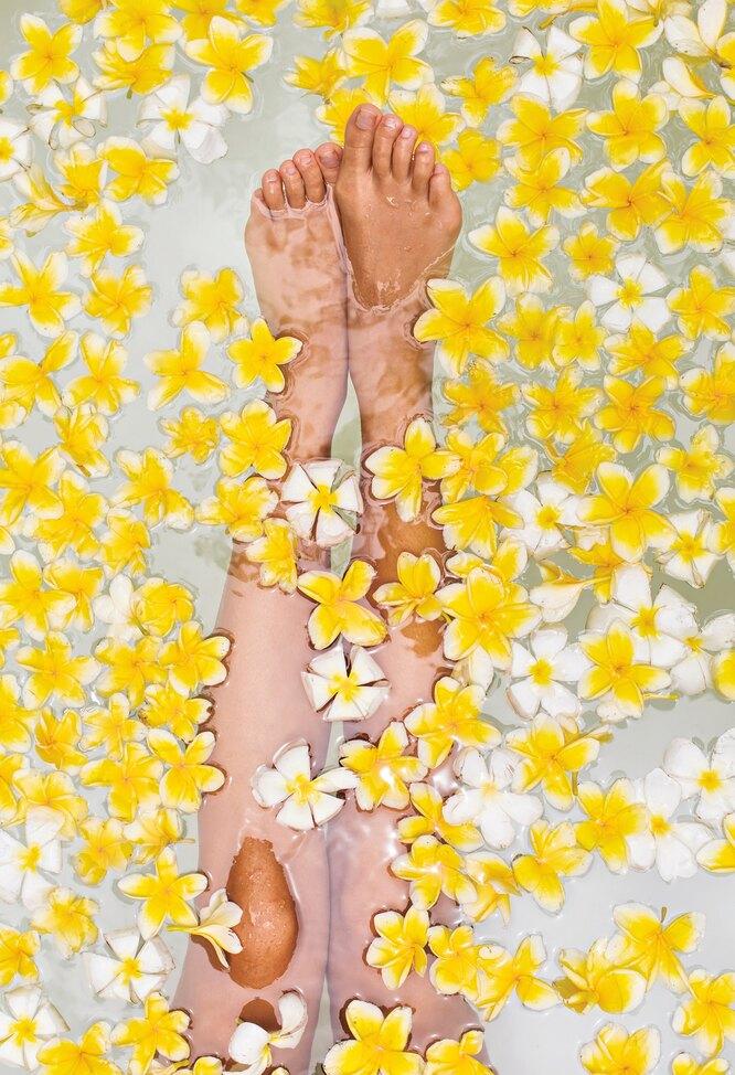 ноги из ванны вверх, цветы, здоровье стоп