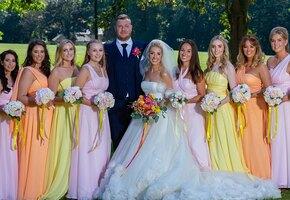 Прикройся! Сестра невесты отказалась надеть закрытое платье — и вызвала скандал