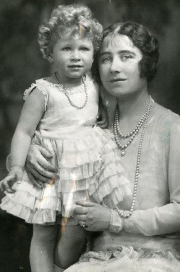 Елизавета II с мамой
