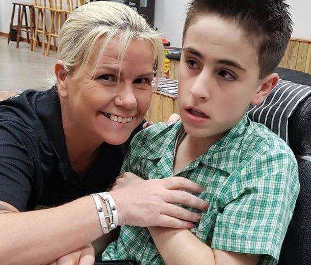 Парикмахер уговорила мальчика саутизмом подстричься ипридумала новый бизнес
