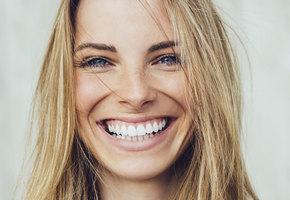 Ослепительно! 5 популярных способов сделать зубы белее