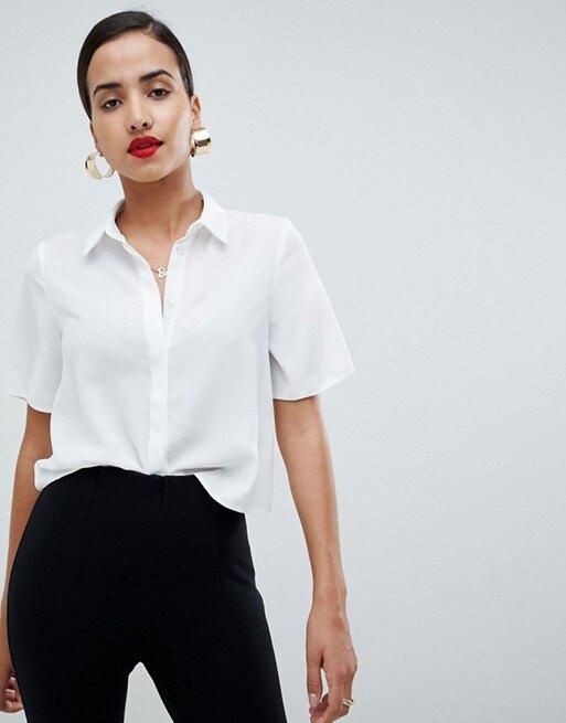 девушка в белой блузе и черных брюках