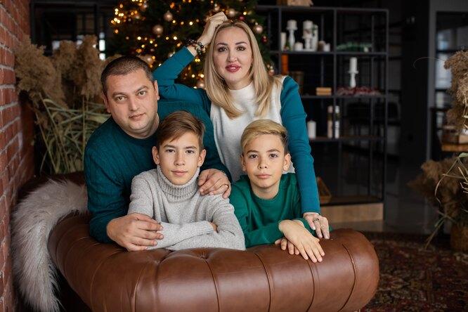 Елена Соколова с мужем и детьми