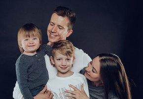 «Выглядит довольно жутко»: Денис Косяков прилетел к семье в Испанию во время карантина по коронавирусу