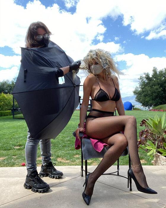 Хайди Клум красит волосы во время карантина