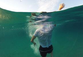«Двое тонули, другие топили меня»: мужчина вытащил шестерых людей из океана