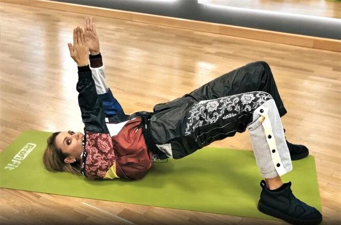 Упражнение 2. Попеременные скрещивания рук лежа на спине