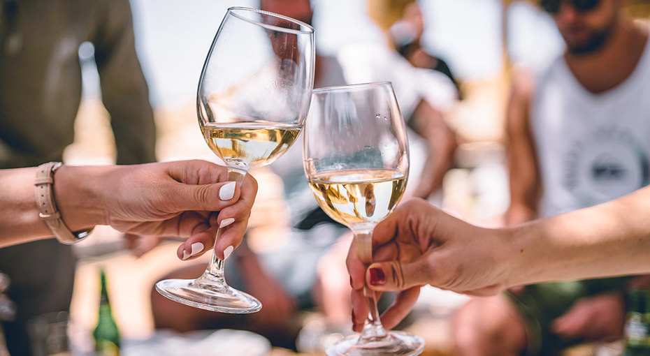 Как бокал вина заужином помогает женщинам прожить дольше? Врачи объясняют!