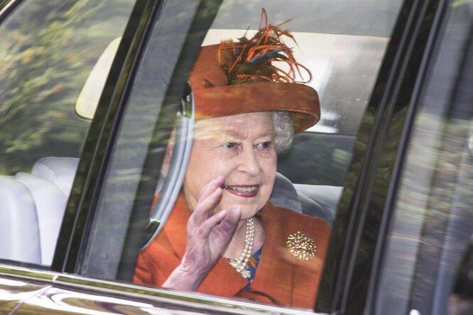 У королевы Елизаветы есть «запасная» рука дляторжественных приветствий