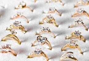 Продавщица наказала парня, купившего кольца подруге и любовнице