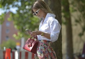 Белая рубашка плюс красная сумка: выбираем модный весенний образ за 5000 рублей