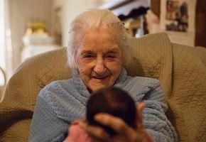 92-летняя старушка выжила, вопреки прогнозам врачей, чтобы увидеть праправнучку