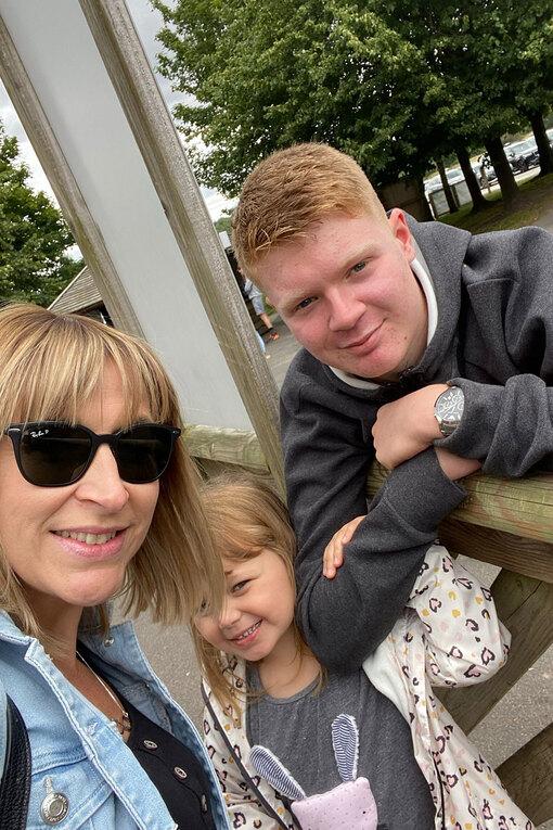 Клэр с сыном и дочкой