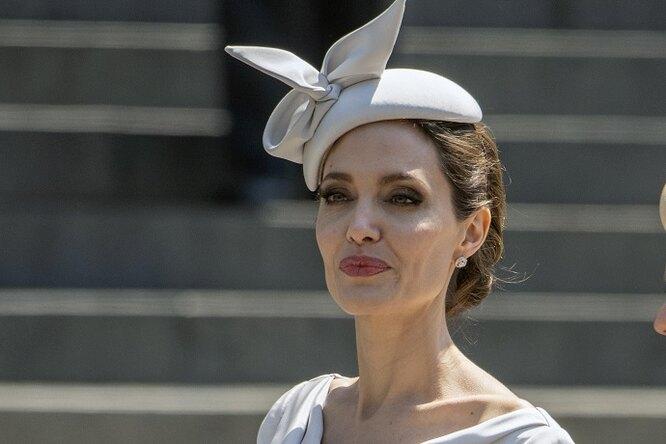 Анджелина Джоли попала впсихиатрическую клинику