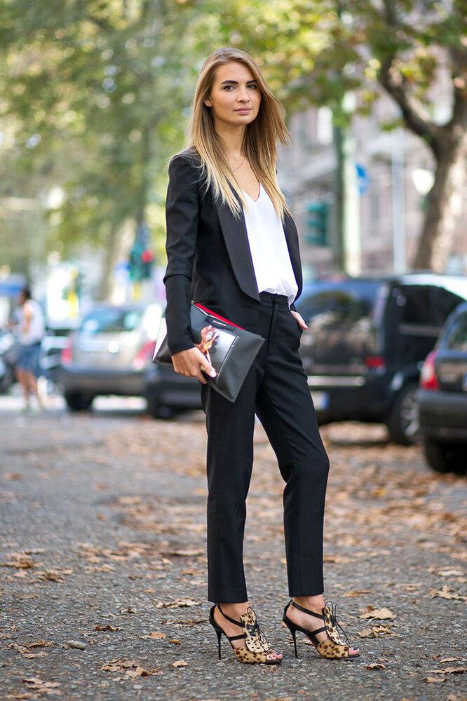 Девушка в брюках чинос