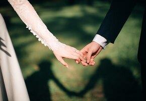 Всегда начеку: жених и невеста прервали свадьбу для помощи пострадавшему в ДТП