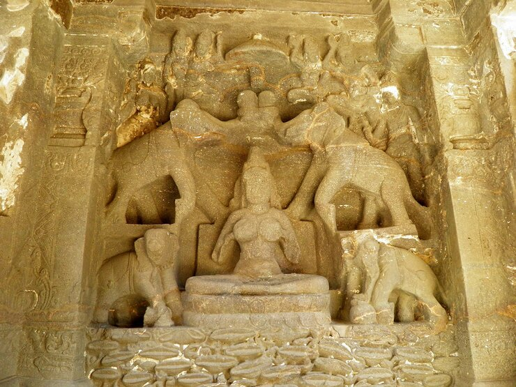 Барельеф сГаджа-Лакшми впещере № 16. храм Кайласа, храмовые пещеры Эллоры, 756—773 годы