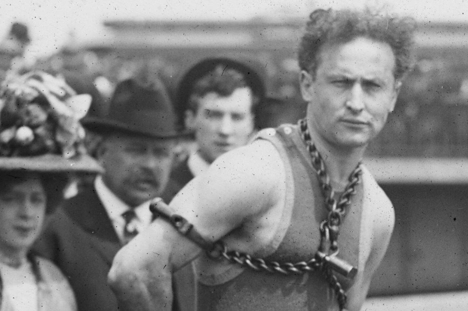 Гарри Гудини спасся из«поводной камеры пыток», а умер отпростого удара вживот