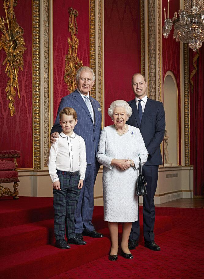 Семейный портрет королевской семьи: принц Чальз, принц Джордж, Елизавета II и принц Уильям