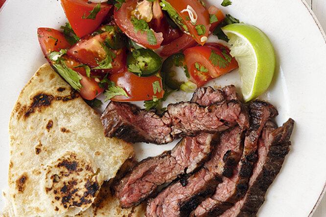 Острый стейк с томатами и тортильей