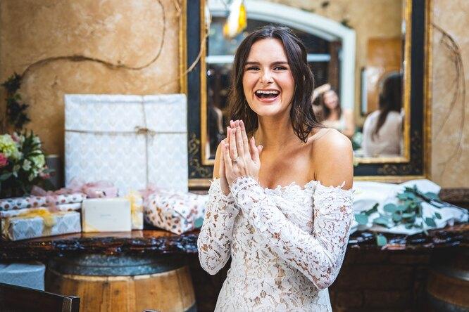 Невеста заплатила официантке зато, что та облила свекровь вбелом платье соусом