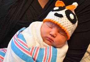 Подарок от души: медсестры родильного отделения вяжут новорожденным шапочки