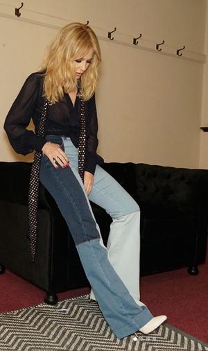 Кайли Миноуг в джинсах-клеш