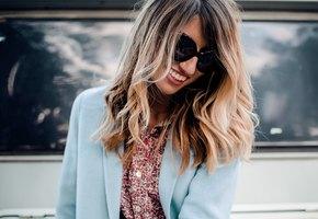 Блестящие и шелковистые: летние трюки по уходу за волосами