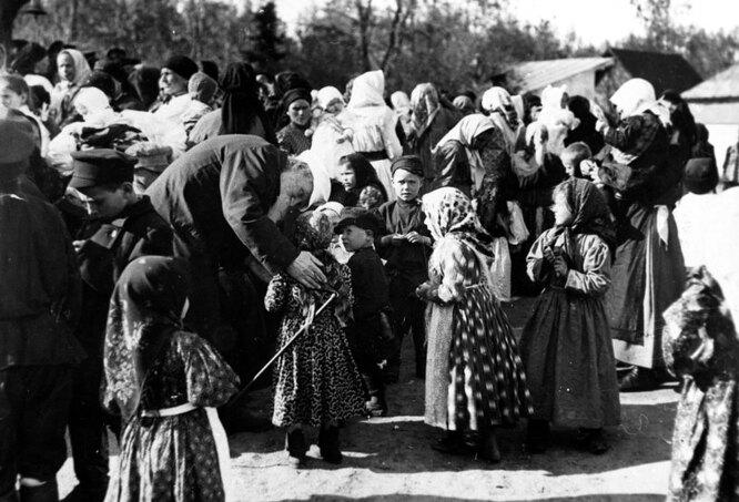 Лев Толстой с крестьянскими детьми