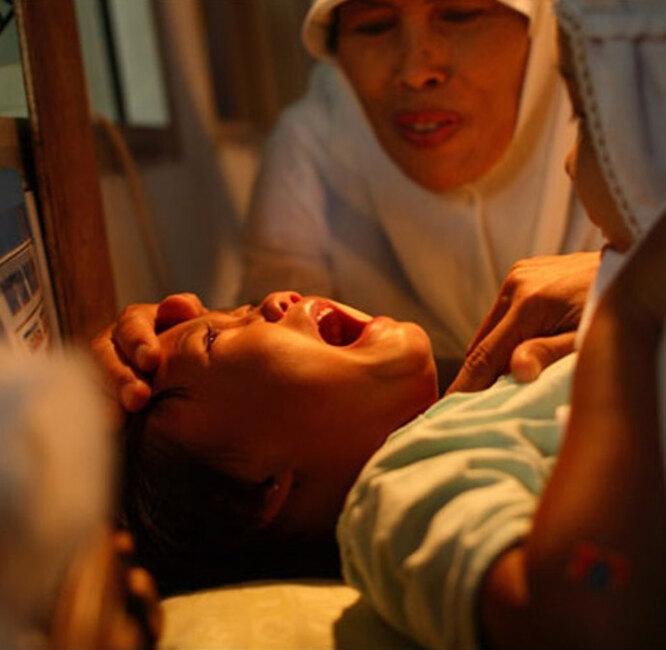 Девочка на процедуре женского обрезания, фото с личной страницы Алены Водонаевой