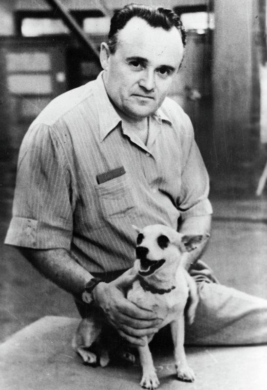 Сергей Павлович Королев с собакой перед запуском ее в
