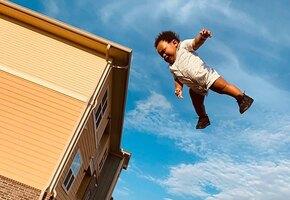 Мужчина увидел фото ребенка, подброшенного в воздух, и запустил волну мемов