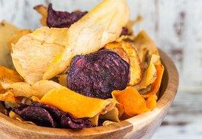 Любите чипсы? 4 «здоровые» альтернативы закуски, которые можно приготовить дома