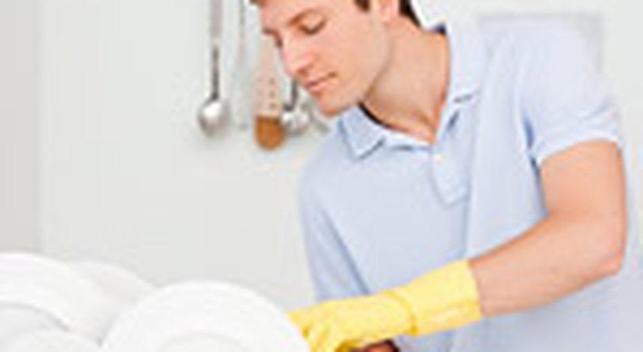 Безработные мужчины становятся домохозяйками