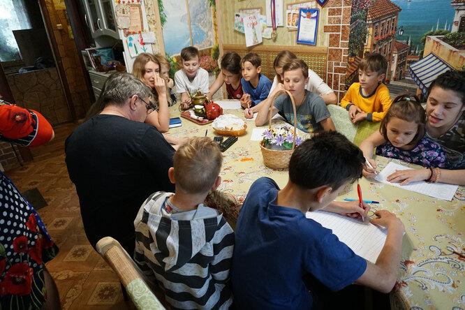 Большая семья Молнар за обедом