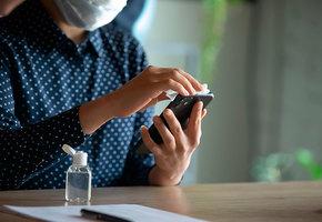 Смартфон, карта и очки: как правильно дезинфицировать личные вещи