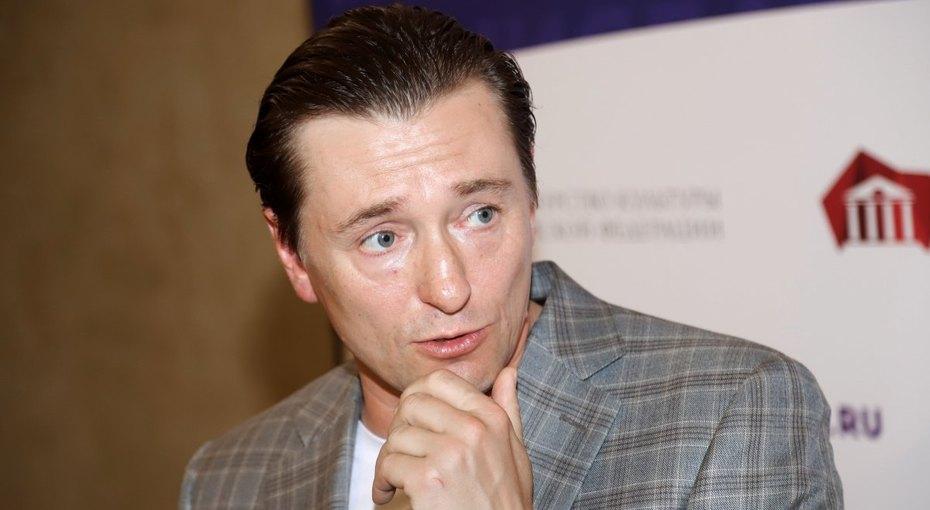 «Поразительное сходство»: Сергей Безруков опубликовал архивный кадр отца-актера