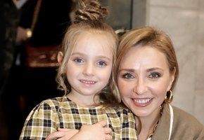 «Какая Надя хозяюшка!» Татьяна Навка показала, как 5-летняя дочь помогает маме на кухне, и дала рецепт шоколадного печенья