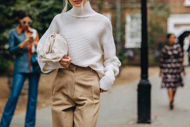 Девушка в объемном свитере и брюках