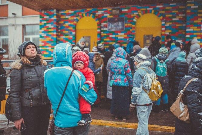 В Москве почти 200 родителей вышли наакцию протеста против директора школы