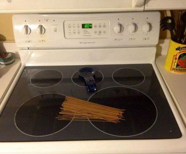 Поставь макароны на плиту, я скоро приеду