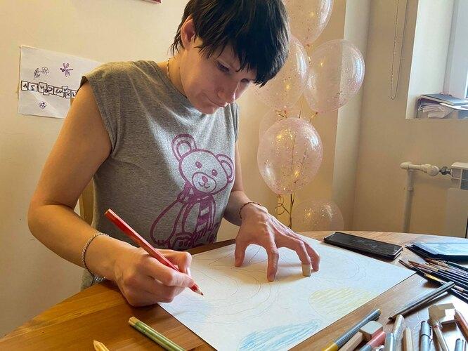 Нина рисует