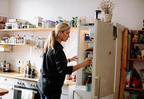 Зачем наклонять холодильник назад? Важные правила установки и 10 лучших моделей