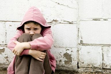 «В шею врос кабель»: пятилетнюю девочку изМосквы обнаружили запертой вквартире среди залежей мусора