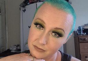 Женщина 20 лет красила волосы дома, но в этот раз получила страшный результат