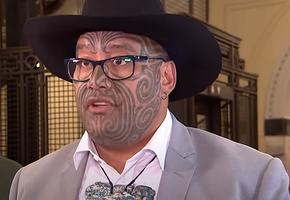 Горячий мужчина: депутат в Новой Зеландии сплясал и спел на заседании парламента