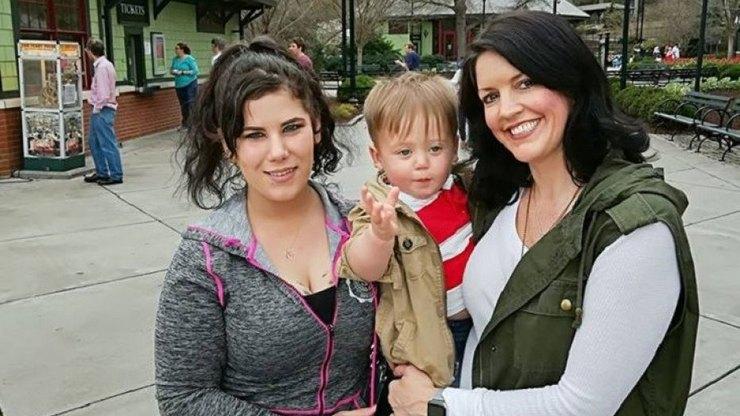 Саманта Снайпс (слева) сосвоим биологическим сыном Воном иего приемной мамой Темпл Фиппс (справа)