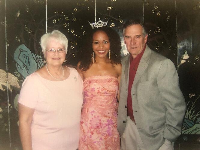 Элизабет с приемными родителями